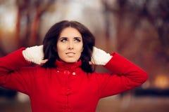 戴着红色外套和被编织的无指的失去指的手套的秋天妇女 库存图片