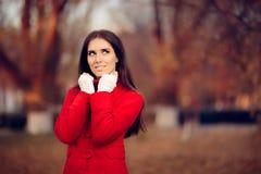 戴着红色外套和被编织的无指的失去指的手套的秋天妇女 免版税库存图片