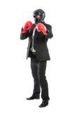 戴着防护盔甲和拳击手套的商人 免版税库存图片