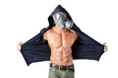 戴着防毒的面具,赤裸被剥去的躯干的肌肉人 免版税库存图片