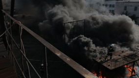 戴着防毒面具的消防队员完成他们的工作  股票录像