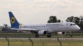 着陆乌克兰国际航空公司巴西航空工业公司190个航空器 免版税图库摄影