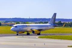 着陆和到来在瓦茨拉夫Havel机场,布拉格, Vueling Ai 库存照片