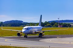 着陆和到来在瓦茨拉夫Havel机场,布拉格, Vueling Ai 免版税库存图片