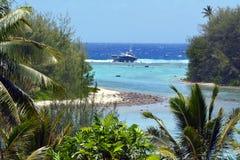 着陆在一块礁石的一个国内多钩长线渔船在Rarot 免版税图库摄影