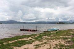 着陆在水坝Batak波浪海岸  免版税库存照片