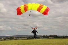 着陆跳伞运动员 免版税库存照片