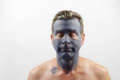 戴着黏土面具的成熟人 免版税库存照片