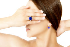 戴着Tanzanite设计师圆环和耳环的模型的特写镜头 免版税库存图片