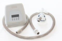 睡眠停吸疗法、CPAP机器有面具的和水管 库存照片
