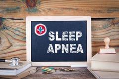 睡眠停吸 胳膊关心健康查出滞后 在木背景的黑板 图库摄影