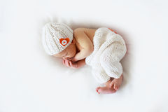 睡眠者新出生的婴孩白色背景 免版税库存照片