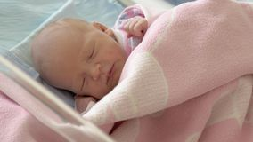 睡着新出生的女婴 股票录像