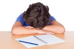 睡着的儿童服务台他的学员 库存图片
