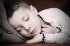 睡着的在一个方便的沙发 库存照片