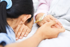 睡着的女儿跌倒她母亲病态等待 免版税库存图片