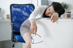 睡着的女实业家 库存图片