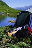 睡着的对妇女年轻人的湖下个帐篷 免版税库存图片