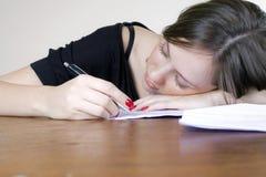 睡着的服务台落女孩办公室 免版税图库摄影