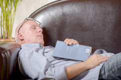 睡着的沙发的一个前辈 免版税库存图片