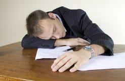 睡着的生意人服务台他的办公室年轻&# 库存照片