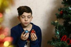 睡衣关闭的少年女孩与cristmas树的照片 库存照片