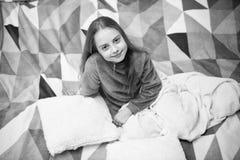 睡衣和卧室纺织品 睡衣和衣裳家的 女孩小孩穿软的逗人喜爱的睡衣,当放松在床上时 免版税库存照片