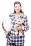 睡衣的妇女有玩具熊和枕头的在白色 免版税图库摄影