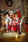 睡衣的妹在圣诞前夕 库存图片