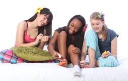 睡衣种族十几岁的女孩的当事人pedicure 免版税库存照片