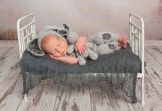 睡觉与一个可爱的玩具的婴孩 图库摄影