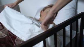睡觉与与毯子的女用连杉衬裤熊的关心的护士覆盖物女性患者 股票录像