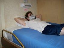 睡觉与人工呼吸机 库存照片