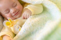 睡觉与复活节装饰的逗人喜爱的婴孩 免版税图库摄影