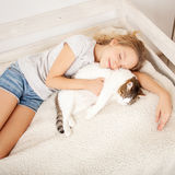 睡觉与猫的孩子 免版税库存照片