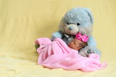睡觉与玩具熊的亚裔新出生的婴孩 免版税库存图片