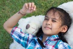 睡觉与玩具熊的孩子 图库摄影