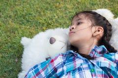 睡觉与玩具熊的孩子 免版税库存照片