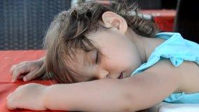 睡觉与玩具熊的逗人喜爱的小女孩在床上 股票视频