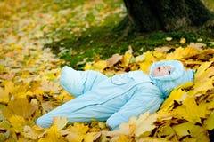 睡觉与玩具的婴孩 免版税库存照片