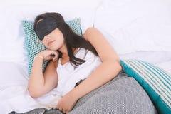 睡觉与眼罩的妇女 免版税库存照片