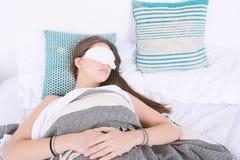 睡觉与眼罩的妇女 库存照片