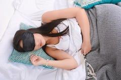 睡觉与眼罩的妇女 免版税库存图片