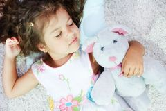 睡觉与teddybear 免版税库存照片