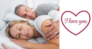 睡觉和捞出在床上的夫妇的综合图象 免版税库存照片
