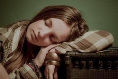 睡觉在一个合理的设备的一个美丽的十几岁的女孩 免版税库存照片