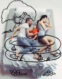 睡觉在一张大白色床和他的梦想上的年轻人顶视图照片 库存图片