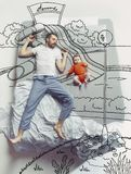 睡觉在一张大白色床和他的梦想上的年轻人顶视图照片 免版税图库摄影