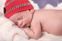 睡觉在一条白色毯子的新出生的婴孩 库存图片