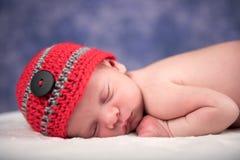 睡觉在一条白色毯子的新出生的婴孩 免版税库存图片
